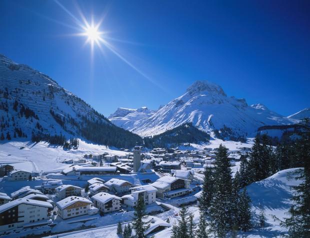 Lech, Avstrija Razkošje, ki ga je oboževala tudi princesa Diana. Mesto stoji med čudoviti vrhovi in bregovi reke Lech, ob …