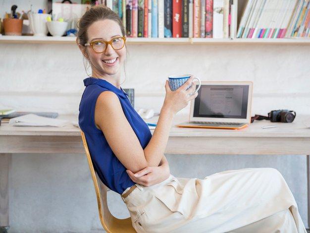 Bolečine ob dolgotrajnem sedenju v službi lahko premagamo - Foto: Profimedia