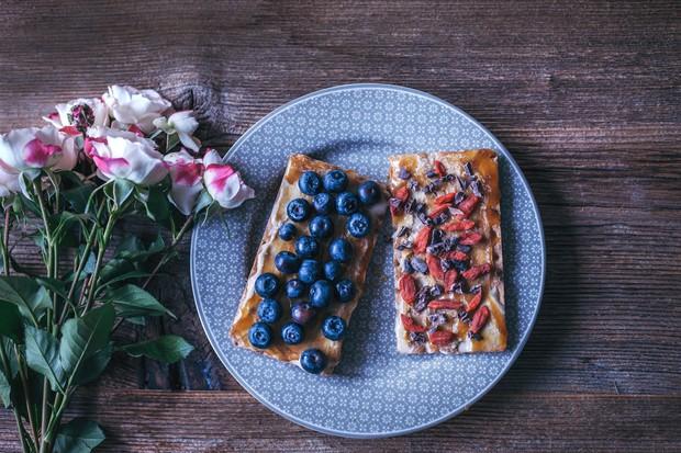 Skuti primešajte sezonsko sadje po okusu ali jagodičje in med. Za razliko od marmelade, namaz vsebuje manj sladkorja in več ...