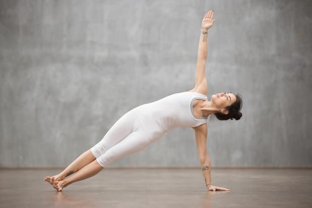 Stranski plank je tudi jogijski položaj, ki bo pomagal pretegniti obe strani telesa in utrditi mišice. 1. Začnite s položajem …