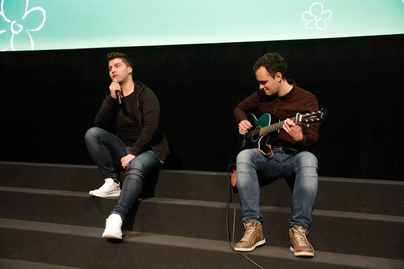 Mladim upom je zapel letošnji zmagovalec oddaje Znan obraz ima svoj glas Luka Sešek