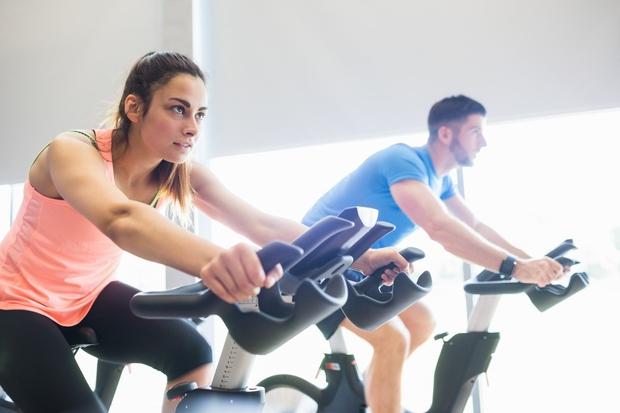 KOLESARJENJE Neutrudljivi kolesarji si vzpone in spuste pričarajte tudi na kolesu v telovadnici. HIIT vadba Tudi na kolesu lahko opravite ...