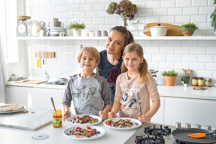 Alenka Košir je z Ianom in Tinkaro pripravila beljakovinske palačinke.