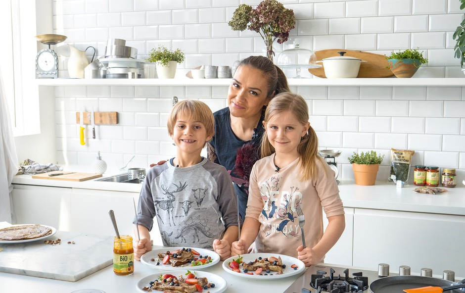 Alenka Košir je z Ianom in Tinkaro pripravila beljakovinske palačinke. (foto: promocijske fotografije)