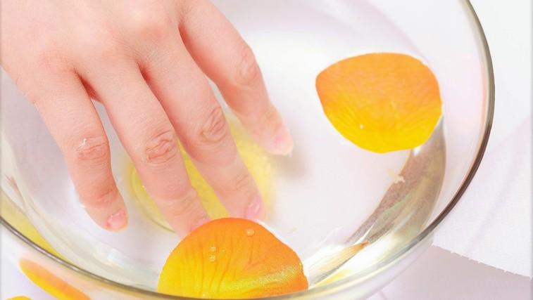 Poglejte, kaj se zgodi, če 2 tedna namakate roke v jabolčni kis! (foto: Profimedia)