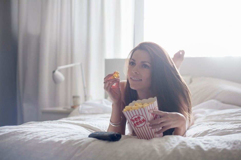 Posteljo prihranite za spanje  Če je postelja prostor za delo, gledanje televizije, odpisovanje elektronske pošte, prehranjevanje in še kaj, ustvarjate navade, ki vodijo v nespečnost. Telesu in možganom sporočate, da je to večnamenski prostor, zato se zvečer ne morete pripraviti k nočnemu počitku. Če se zbujate sredi noči in ne morete zaspati že več kot 20 minut, vstanite iz postelje. Počnite nekaj pomirjujočega, a se izognite elektronskim napravam, svetloba pa naj bo zelo blaga. (foto: profimedia)