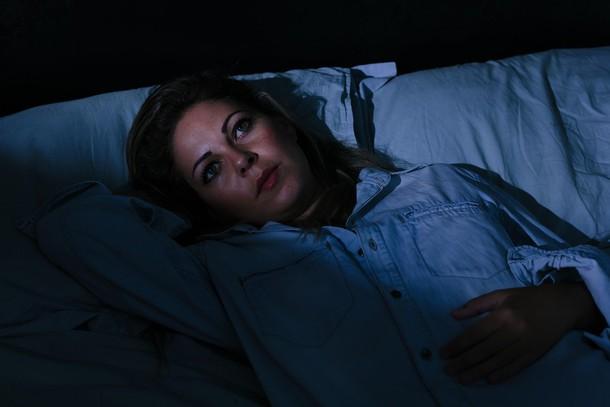 Ne silite se k spanju  Kadar se silite k spanju in razmišljate, da morate zjutraj zgodaj vstati ter premlevate naloge prihodnjega dne, naredite več škode kot koristi. Ponovno ste napeti, in ker se ne morete sprostiti, ne boste zlahka zaspali. Če še niste zaspani, poskusite meditirati ali početi aktivnosti, ki vas sproščajo. Lahko se odpravite tudi na kratek sprehod, ki bo skoraj zagotovo pomagal, da boste končno zatisnili oči. Izogibajte se telefonu, televiziji in drugim elektronskim napravam, za katere je priporočljivo, da jih izklopite vsaj pol ure pred spanjem.
