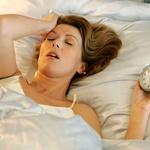 Spalni ritem   Nujno morate vzpostaviti spalni ritem, ki bo telesu povedal, kdaj je čas za spanje. Pomembno je, da ga vzdržujete tudi čez vikend, saj že ena neprespana noč lahko negativno vpliva na počitek v naslednjih dneh. Enako velja za dni, ko ste zelo zaspani. Skušajte zdržati do ure, ob kateri se običajno odpravljate spat. Izjeme so posebni dogodki, ki jih ne morete preskočiti in se odvijajo do jutranjih ur ali izjemne aktivnosti, zaradi katerih se odpravite v posteljo prej kot ob običajni uri. (foto: profimedia)