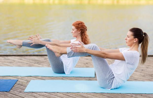 Ladja (s pokrčenimi nogami) Usedite se na tla in iztegnite noge. S hrbtom se nagnite nazaj (kot na sliki) in …