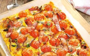 Pita z mocarelo in češnjevimi paradižniki