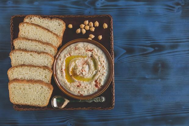 Humus Humus je odlična kombinacija beljakovin in zdravih maščob. Čičerika na primer vsebuje veliko vlaknin, železa in vitamine B. Dodajte …