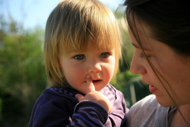 Starši bistrih otrok …. Se pogovarjajo Čeprav se zdi nesmiselno, da bi se pogovarjali z dojenčkom, ni čisto brez pomena. ...
