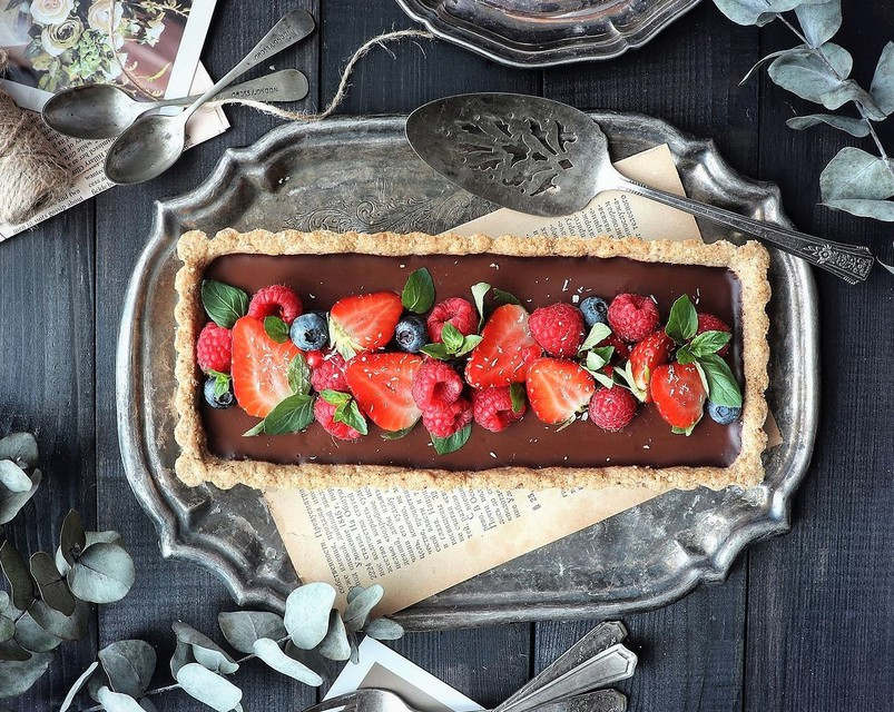 Kremna čokoladna torta s hrustljavo skorjico (vegansko, brez glutena in predelanih sladkorjev)