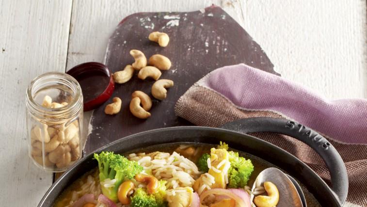 Piščančji lonec z brokolijem, indijskimi oreščki in rižem (foto: Profimedia)