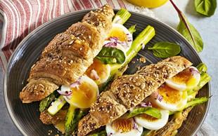Polnozrnati rogljički z beluši, jajci in holandsko omako