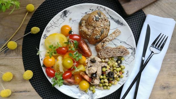 Preizkušamo recept Alenke Košir: Pirine bombice z olivami in s slastno tuno (foto: Osebni arhiv)