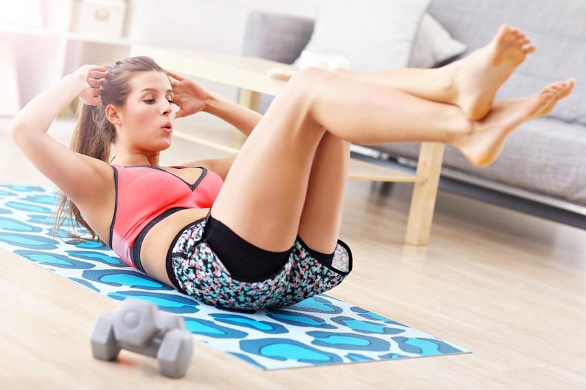 VIDEO: 2-minutni jutranji trening za več energije in vitko telo