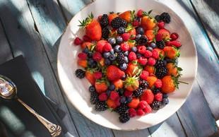 Sezonski zdravi prigrizki: Polnjene jagode, češnjev sladoled in malinove kroglice