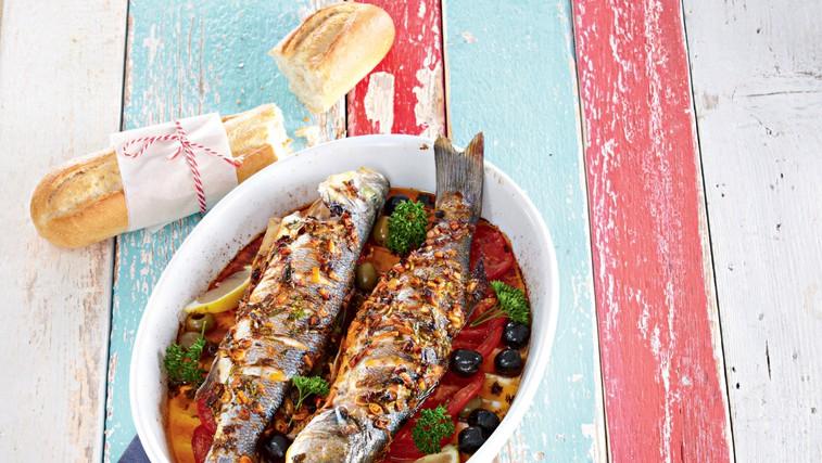 Marinirana riba  s paradižniki in olivami (foto: Profimedia)