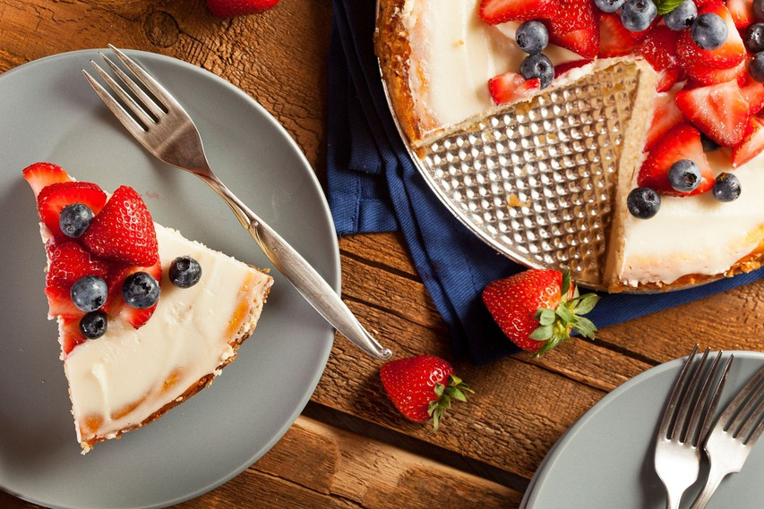 Poletna torta z grškim jogurtom in jagodičjem (brez dodanega sladkorja in peke!)