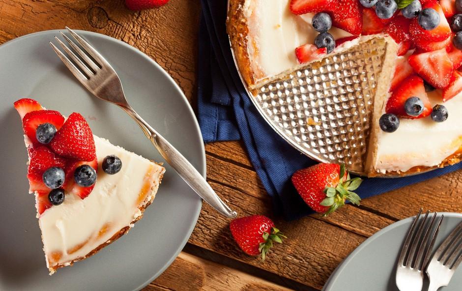 Poletna torta z grškim jogurtom in jagodičjem (brez dodanega sladkorja in peke!) (foto: profimedia)