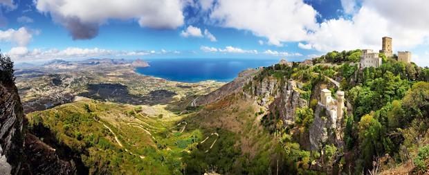 ERICE Sicilija Pravijo, da je Erice najlepša vas na Siciliji. Leži na hribu Erice, visokem približno 750 metrov, od koder …