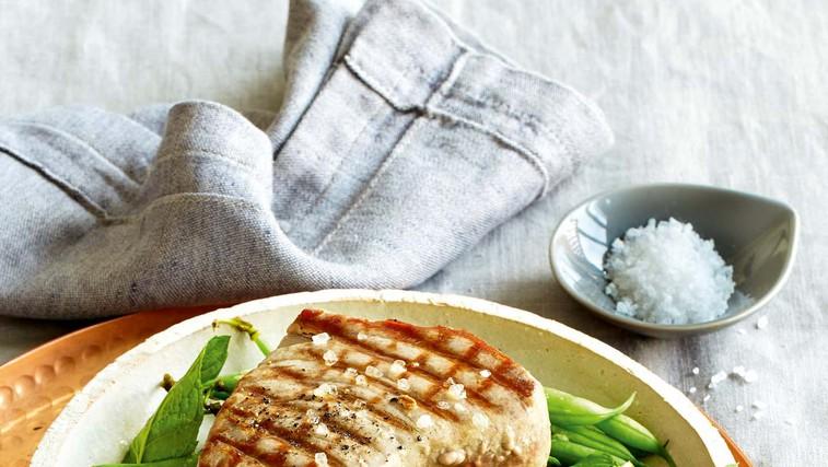 Tunov steak s stročjim fižolom in meto (foto: Profimedia)