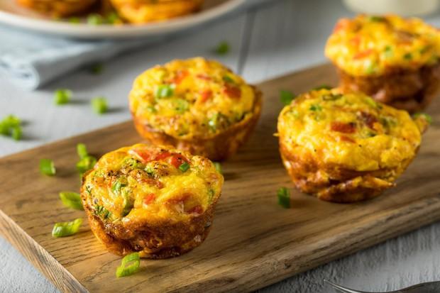 Muffini iz jajc, ki so pravzaprav nekakšne mini omlete, so hitro pripravljeni, bogati z beljakovinami in vlakninami (odvisno od dodatkov) ...
