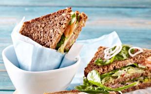 Lososov sendvič z avokadom