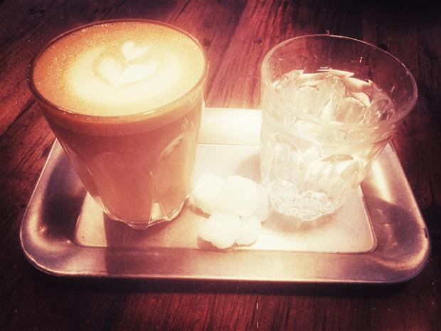 Spijte kozarec vode Ker vedno po skodelici kave nimamo časa za ščetkanje zob, uporabite naslednjo najboljšo rešitev - velik kozarec …