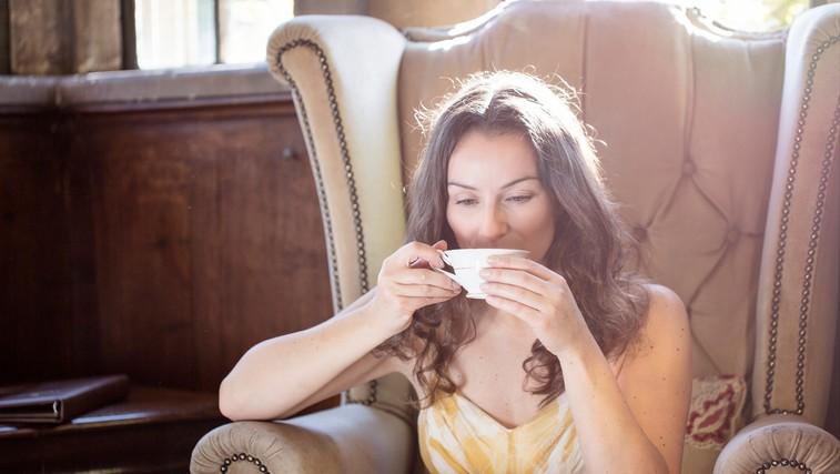 Zakaj bi morali čaj piti skozi celo leto (in ne le takrat, ko zbolimo)? (foto: profimedia)