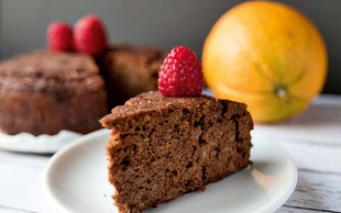 Brezglutenska mandljeva čokoladna tortica s sirom cottage