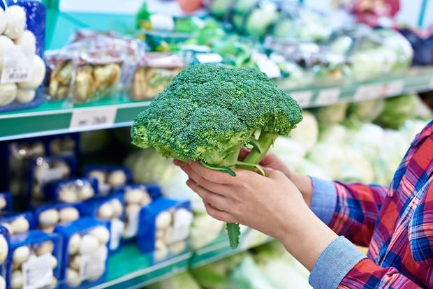 ZAKAJ POTREBUJEMO VITAMIN K? Vitamin K lahko pomaga zmanjšati tveganje za srčne bolezni, ohranja močne kosti, prepreči kalcifikacijo arterij (nalaganje …