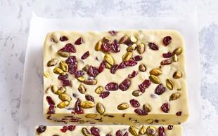 Bela karamela z brusnicami in pistacijami