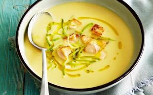 Kremna juha z lososom in popečenimi kruhovimi kockami