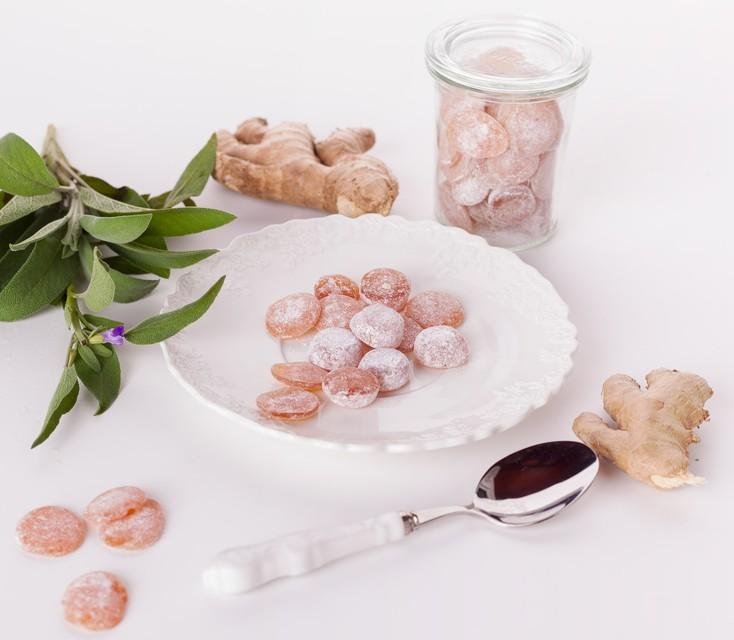 Ingverjevo-žajbljevi medeni bombončki za blaženje bolečega grla