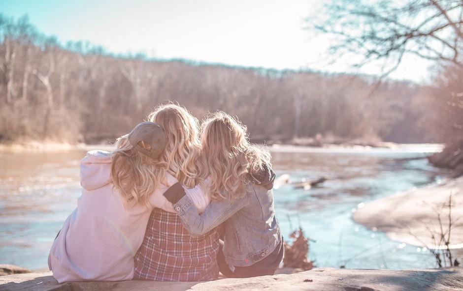 9 koristnih učinkov, ki jih prinese objem (+ zakaj ga nujno potrebujete, ko se znotraj vas krepijo negativne misli) (foto: Court Prather | Unsplash)