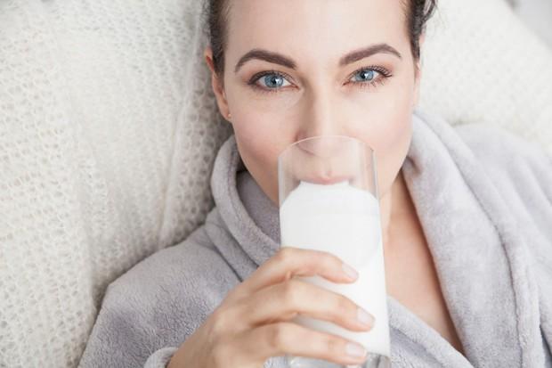 Če ste obležali s prehladom, si privoščite katero od naslednjih pijač in živil, ki vam bodo pomagala pri okrevanju. MLEKO …