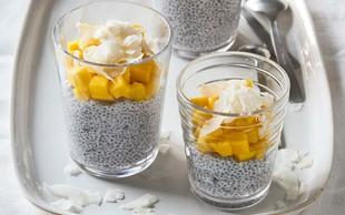 Chia puding z mangom in kokosovimi kosmiči
