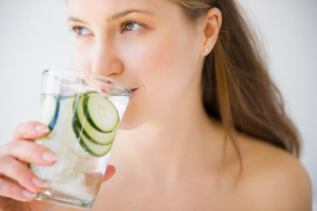 DEHIDRACIJA Morda se sliši čudno, vendar dehidracija povzroči rahel občutek slabosti, zaradi katerega vam hrana ne diši. Z leti čutimo …