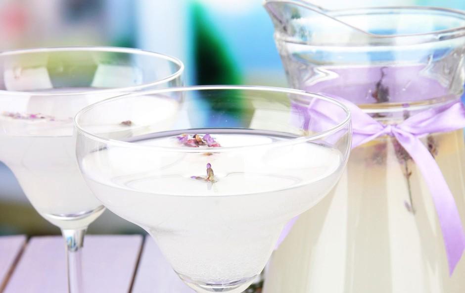 RECEPT: Pripravite domači sivkin sirup in osvežilno aromatično limonado (foto: Shutterstock)