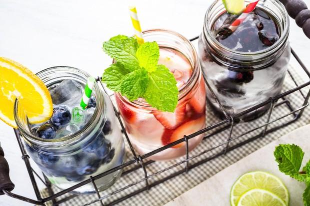 VODA Z OKUSOM (IN LEPIM IZGLEDOM) Že dolgo imamo na izbiro veliko različnih vod z okusom, ki obljubljajo boljše okrevanje ...