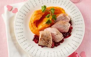Svinjska ribica s pirejem sladkega krompirja in brusnično omako
