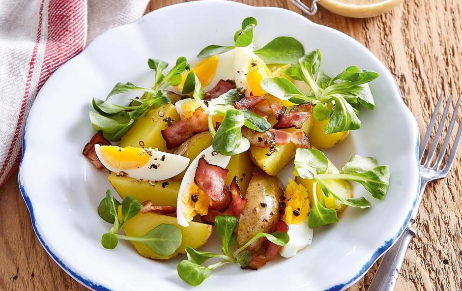 Krompirjeva solata z motovilcem, slanino in kuhanimi jajci (foto: Profimedia)