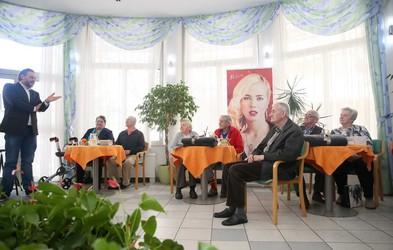 Za praznik ljubezni so presenetili štiri pare v domu za starejše občane