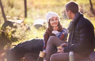 25 nenavadnih vprašanj, ki vaju bodo s simpatijo povezala na globlji ravni (si jih upate zastaviti?)
