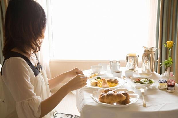 """Jejte od 30 do 60 minut potem, ko se zbudite in ne kasneje. Zajtrk """"prebudi"""" metabolizem, poleg tega kasneje ne …"""