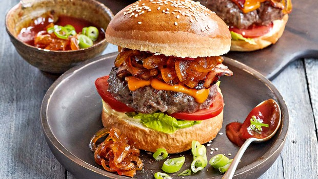 Goveji burgerji s karamelizirano čebulo (foto: Profimedia)