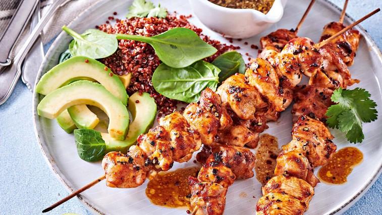 Piščančja nabodala z rdečo kvinojo in avokadom (foto: Profimedia)