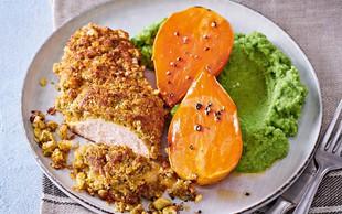 Piščančje prsi v hrustljavem ovoju s pečenim sladkim krompirjem in brokolijevim pirejem